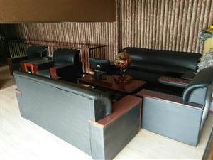 现有2.6米办公桌,老板椅、沙发、1.5米床(两张)。有需要着联系看东西议价