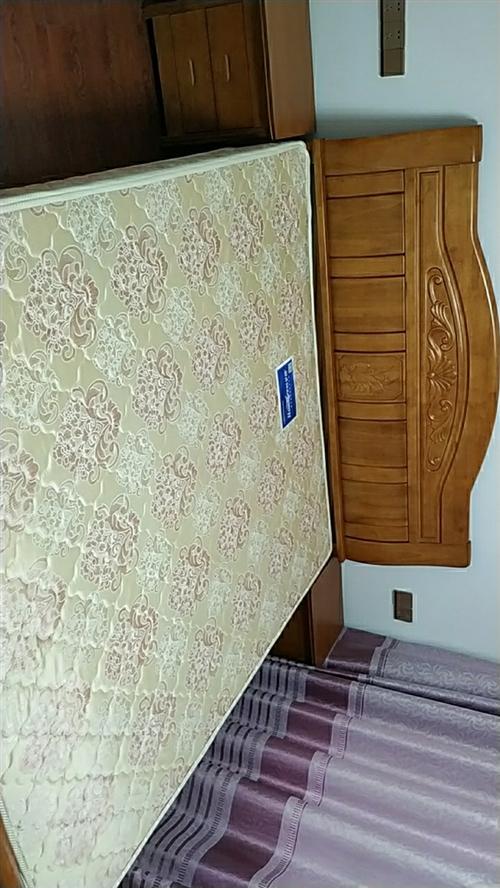 1.8×2.2床+席梦思+床头柜,限自提,可看。