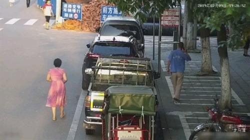 男子停车路边被贴罚单,一气之下把禁停杆掰倒。