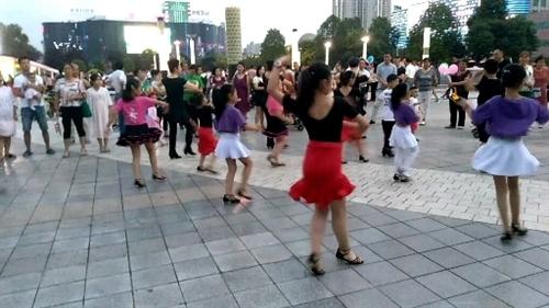 汉中市中心广场小朋友练习拉丁舞(手机拍摄)