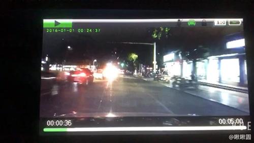 骑车连安全都不顾了吗,红绿灯是坏了还是你...