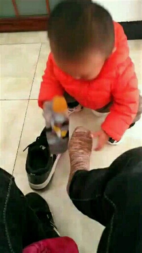 刚准备下床,一岁两个月的儿子晃晃悠悠的蹲下为我穿袜子穿鞋,瞬间泪奔,如今已为人父,才想起父母的艰辛不易,人生最重要的就是回到家,叫一声爸妈,还有人应答,您说不是吗?