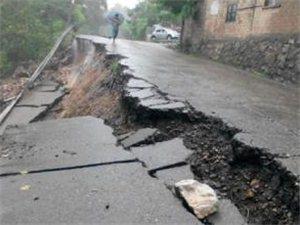 暴雨过后,高速澳门威尼斯人游戏官网佳县路段塌陷,石店路部分路段有山体落石