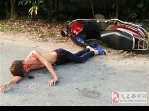茂名高州石鼓赤裸上体男子飞车扑街,满头鲜血……