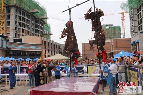 日前,甘肃张掖一商家现场烤骆驼并免费发放给过路市民品尝,吸引了大批市民