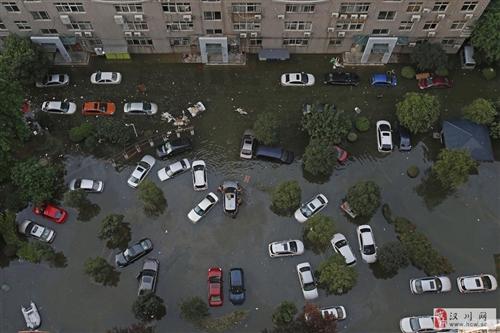 武汉南湖地区内涝严重 汽车被泡水中