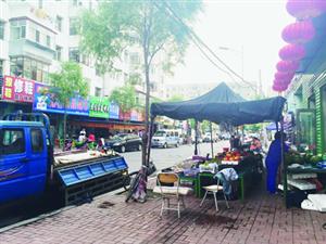 新化街人行道被多个商家占据 过往市民被迫与机动车抢行