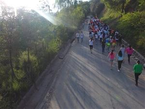 今天早上,华池县东山上突然聚集了几百人,场面太震撼!