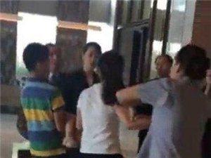 孩子酒店沙发尿尿员工劝阻遭母猛推