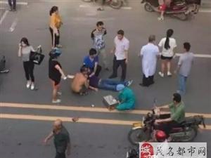 信宜城南货车撞摩托车,一男子倒地头部流血!
