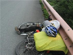 四川省道303��T友增多,湖南老人倒在�T行路上