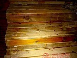 信宜亲水长廊一老人上个楼梯却受伤流了一地血,这玩意存安全隐患大家要注意