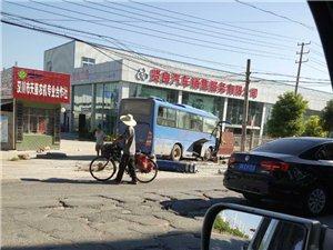 霍城大道一客车撞倒电线杆