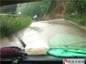 筠连昨夜一场大雨过后,仙雾山到塘坝路段发生泥石流...