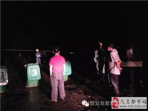信宜新闻:池垌西村桥河高压线大铁架跌落河 导致停电