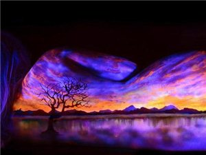 艺术家创作紫外线人体绘画 夺人眼球