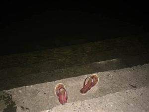 仪陇滨江大道码头18岁女孩河边洗脚