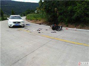 梓盐路15KM处,小车与摩托车发生交通事故,造成2人受伤!