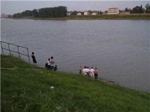 城区东街口汉江中有人溺水不起