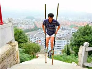 厉害!这位筠连人攀登真武山的方式完全颠覆了你的想象!