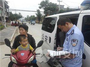 临潼:警察同志停一下我捡了一个男娃娃