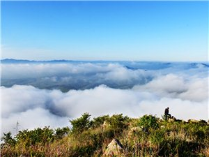 云雾蒸腾黄花山