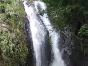 """】高州天花顶石缝涌现""""仙水瀑布"""",高达30多米"""