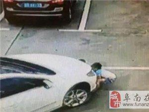 深圳女司机只顾看手机 在停车场上碾压3名小孩