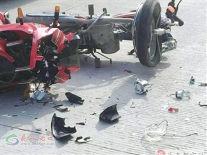 高州两车相撞,内胎弹出,零件撤一地……