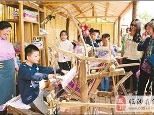 游客在山西临汾乡村景点体验织布技艺(图)