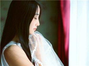 临窗许愿的白纱唯美少女