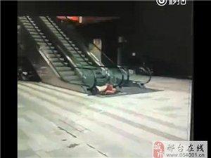 邢台世贸天阶商场有人跳楼,当场死亡