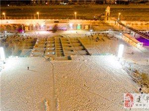【��l】航拍建平�h中央公�@大雪后的迷人夜景-墨斗�~�z