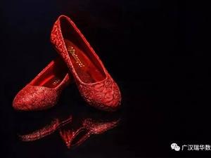 婚礼摄影――新娘鞋作为婚礼上不可或缺的部分,使新娘在婚礼中显得仪态万千