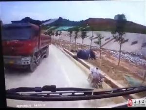 寻乌:货车突然超车,引发车祸,致路边工人当场死亡!