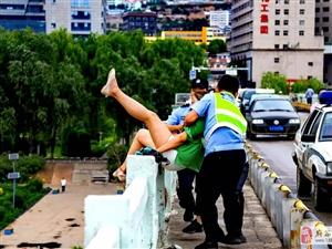 府谷一女子坐在�S河大�蜃o�谏弦庥��p生,被府谷巡警成功解救