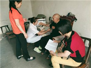 旬��h老城社�^�M�社�^�l生室�t�杖�T入���老年人�M行健康�w�z