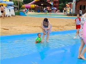 外国人也喜欢这样游泳