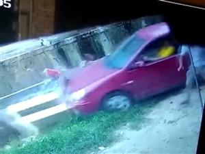 化州一男子竟然开车撞老豆,结果冲下了河!到底发生了什么事?