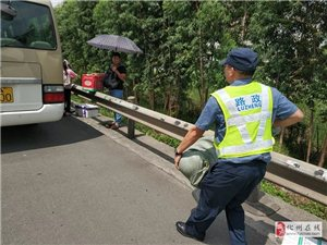 化州大客高速上突然冒烟,50名乘客破窗逃生