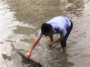 警色闪亮!暴雨中的潢川交警们,赤脚在雨中尽职排水沟杂物...