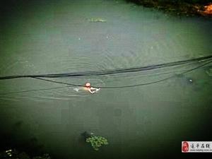 """大白天在汝河车站桥下""""裸泳""""有伤风化!建议穿上内裤"""