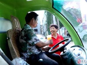 赤日炎炎,临泉志愿者连日串大街追寻环卫工想干啥?