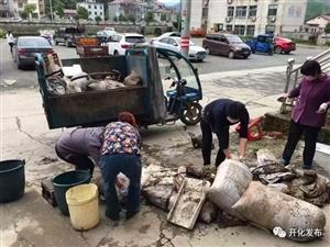 ��建�M�r行丨不怕累、不怕臭,城�|社�^退伍老兵合力清理垃圾