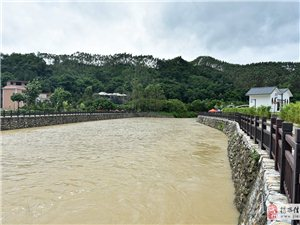暴雨过后的揭西网红水坝,洪水滚滚
