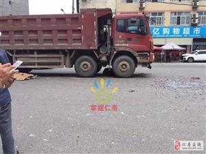 惨烈!视高一电瓶车被大货车撞上,压在车底下。车上一人重伤,一人当场……