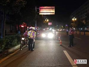 交警大队直属中队联合巡特警开展周末夜查行动