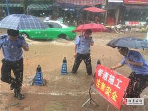 仁寿县暴雨冲开井盖,民警冒雨消除安全隐患