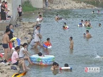"""野泳扎堆,危机四伏!萍乡湿地公园变成""""水上乐园"""",禁游标志成摆设?"""