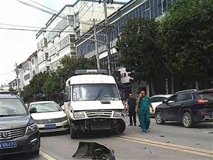 """澳门金沙网址站:救护车为""""救人""""连撞了两辆车!"""